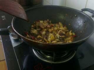 蒜苔回锅肉,放入肉片加少许生抽鸡精 料酒 翻炒;