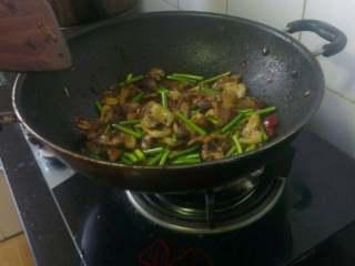 蒜苔回锅肉,再倒入蒜苔翻炒,出锅前加少许白糖翻炒均匀;