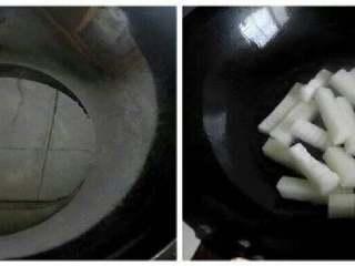 冬瓜烧虾仁,锅里倒入适量油,烧热后倒入切好的冬瓜,不停翻炒。