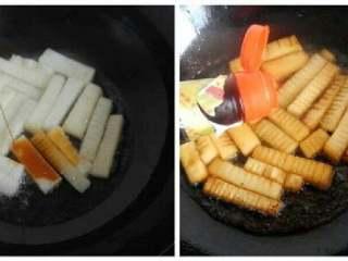 冬瓜烧虾仁,倒入适量酱油和醋,然后爆炒至上色,捞到碗中。为了是冬瓜更入味,要多炒一会。