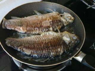 酱熬鲫鱼,平底锅放油,将鲫鱼煎制两面金黄