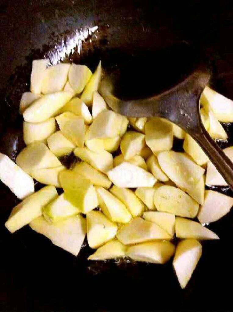 自创【茭白炒五花肉】,热锅里放适量油在把茭白倒进去翻炒片刻。