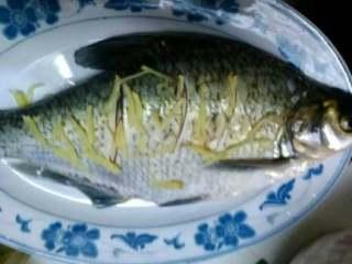 清蒸鳊鱼,放上去盖上盖子蒸10分钟就好。
