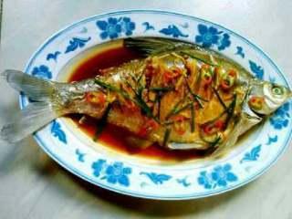 清蒸鳊鱼,撒点葱花和辣椒圈,然后把烧好了的汁都浇在鱼身上就可以了。