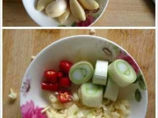 蚝油生菜,准备葱段,红辣椒切丁,蒜拍碎切末
