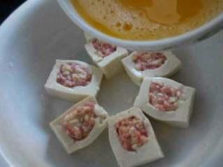 特色【虾仁酿豆腐】,在把蛋液倒进去。