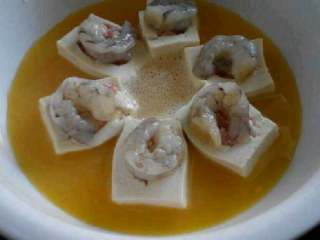 特色【虾仁酿豆腐】,都放好了就放进蒸锅里蒸10多分钟。