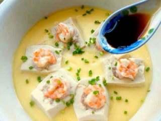 特色【虾仁酿豆腐】,撒上葱花加适量生抽。