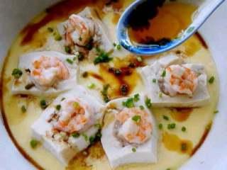 特色【虾仁酿豆腐】,在加适量香油。