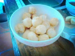 茄汁鹌鹑蛋,放油锅里炸金黄色捞出来