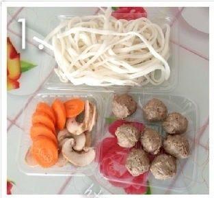牛筋丸粿条汤,准备好食材。牛筋丸8粒,潮汕粿条切细条,蘑<a style='color:red;display:inline-block;' href='/shicai/ 117719'>菇</a>切片,胡萝卜切片。    。