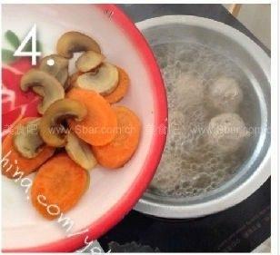 牛筋丸粿条汤, 牛筋丸煮熟透后加入蘑菇和胡萝卜,调入盐和<a style='color:red;display:inline-block;' href='/shicai/ 692'>酱油</a>,一起煮1分钟即可。