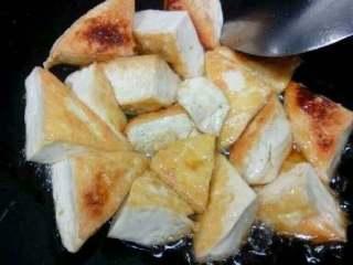 自创家常菜【豆腐烧木耳】,翻面都炸成金黄。