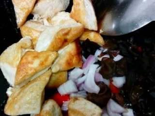 自创家常菜【豆腐烧木耳】,在倒进木耳,洋葱,炸过的豆腐一起翻炒。