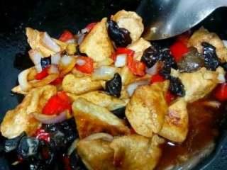 自创家常菜【豆腐烧木耳】,在加入调好的水淀粉勾芡就可以出锅了。