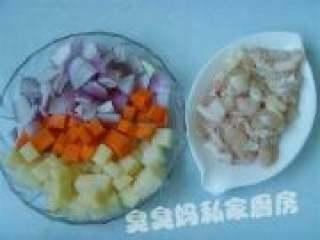 可爱饭团泡汤熊,胡萝卜、洋葱、土豆洗净切小丁备用。
