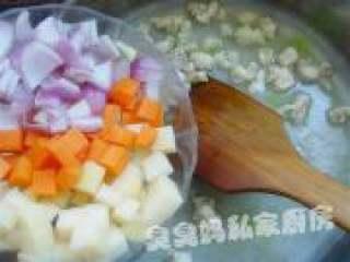 可爱饭团泡汤熊,将蔬菜一同倒入锅中。
