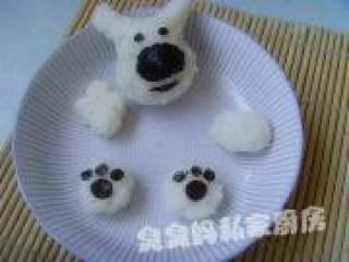 可爱饭团泡汤熊,把剪好的海苔放到饭团上进行整理。