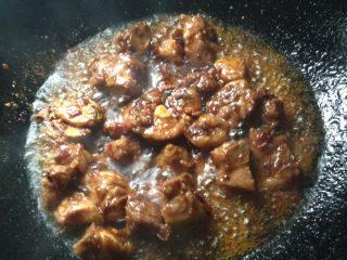 土豆四季豆烧排骨,锅里放油,油热后先放姜、葱、豆瓣、八角炒出香味,再放排骨一起炒