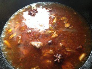 土豆四季豆烧排骨,加入热水将排骨煮熟