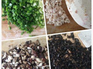 广西酿豆腐(酿豆腐泡),先把糯米用冷水泡两个小时,然后把芋头,木耳,香菇,葱花切碎