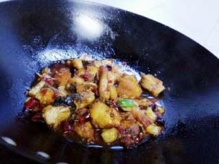 红烧香辣鱼块,盖上锅盖,中火煮三分钟,打开锅盖,加入大葱叶段,调入盐味和鸡精,大火收汁即可。
