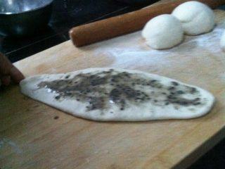 油酥饼,拿一个小剂子用擀面杖擀成长条,抹上油酥