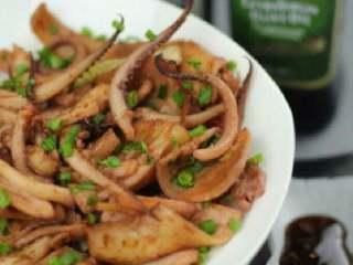 烤鱿鱼,好了撒上葱话即可。