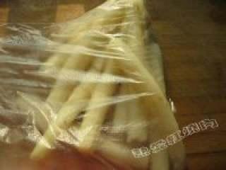 山药豆沙卷,4.把蒸好的山药放在保鲜膜里面