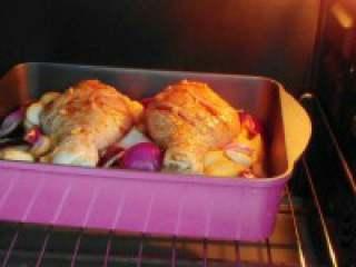 板栗烤鸡腿,入预热烤箱,210度上下火烤40 分钟即可。 再加 入腌制的料汁。