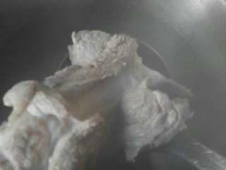 大骨头山药汤,干净的锅里倒入适量的清水,放入两片生姜,料酒,大骨头,倒入一滴醋,水烧开后撇清泡沫, 中火煮15分钟