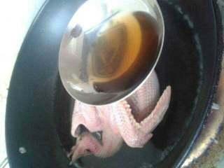 香菇鸽子汤,鸽子下锅煮一会放料酒去血腥味