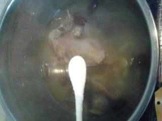 香菇鸽子汤,炖到鸽子肉酥烂后加点盐