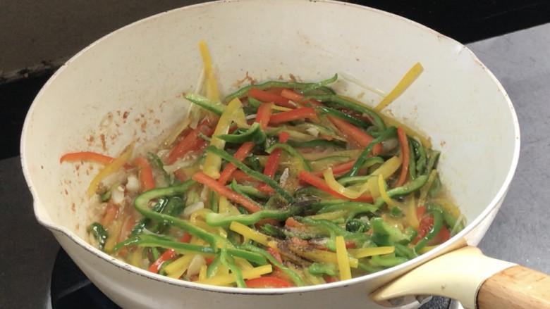彩椒炒肉丝,炒至变色,加入盐和胡椒粉,炒匀