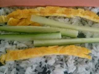 自制简单版寿司,在把青瓜,火腿肠和鸡蛋饼放上去。