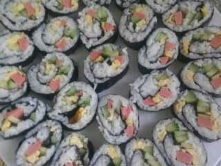 自制简单版寿司,想吃多少就卷多少,好了我的弄好了开始吃了。