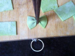 自制蝴蝶面,取切好的小面片,用筷子一夹就成了蝴蝶结
