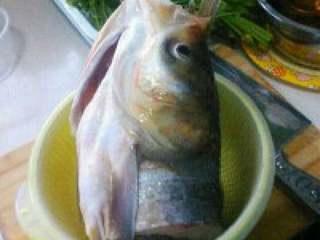 自制【鱼头豆腐火锅】,把准备好的鱼头处理干净沥 水备用。