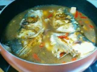 自制【鱼头豆腐火锅】,料酒适量多些,两勺半盐,一勺 鸡精,酱油四勺,白胡椒粉,辣椒 面少许。半勺白糖,一大勺猪油。 加适量清水盖上盖慢炖!