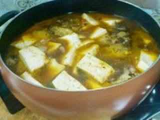 自制【鱼头豆腐火锅】,把鱼头炖入味,放入嫩豆腐一起 炖。尝下咸淡,自己在添加盐,鸡 精。