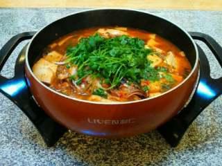 自制【鱼头豆腐火锅】,慢慢开着火煮着吃味道很美,可以放些青菜煮着吃。