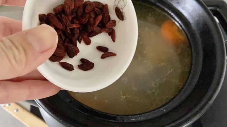 胡萝卜筒骨汤,加入枸杞,再煮3分钟