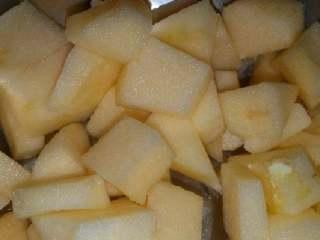 苹果小米粥,煮米的空时间里把苹果削皮切块,小米煮好后放入苹果继续煮一会