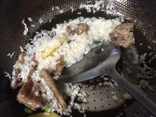 鸽子粥,接着大米淘洗干净,一起放进去翻炒片刻
