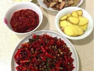 自制贵州【麻辣火锅】,前期准备工作之炒料:姜切片、 蒜切大粒,干辣椒用剪刀剪成段。
