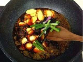 自制贵州【麻辣火锅】,铁锅内放猪油和菜油的混合油, 烧至六分热,下姜、蒜、葱段、豆 瓣酱、花椒,炒至色泽红亮。