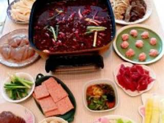 自制贵州【麻辣火锅】,烫料煮熟之后,配合咱们诱人的 香油碟,开动吧!
