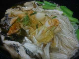 【韩式部队火锅】,海带烧开后,放入辣白菜和两种蘑菇,早点放蘑菇好进味。
