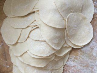 韭菜鸡蛋蒸饺,如图擀成中间厚四周薄的饺子皮