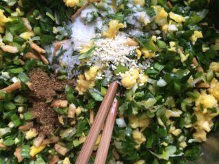 韭菜鸡蛋蒸饺,如图馅儿调味,调味太早韭菜遇盐容易出水,口感就不好了,在饺子皮做好后调味刚好,因家了馓子稍微出水就会被馓子吸收,营养不流失,口感也会更好